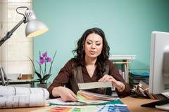 有色板显示的建筑师在书桌上 免版税库存照片
