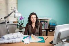 有色板显示的建筑师在她的书桌上 库存照片