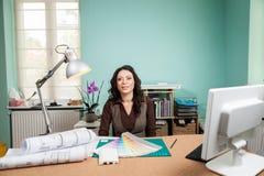 有色板显示的建筑师在她的书桌上 库存图片