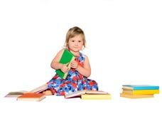 有色的书的小女孩 免版税图库摄影