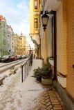 有色的房子的冬天欧洲街道 免版税库存图片