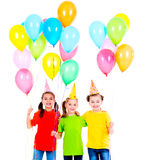 有色的气球的三个逗人喜爱的小女孩 库存照片
