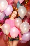有色的气球的美丽的少妇 免版税库存照片