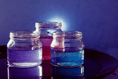 有色的液体的玻璃瓶子 免版税库存图片