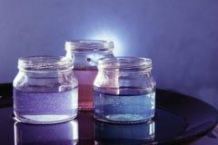 有色的液体的玻璃瓶子 免版税图库摄影