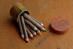 有色的铅笔的圆的箱子手工制造从树分支  库存照片
