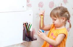 有色的铅笔的女婴 库存图片