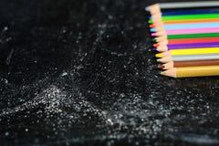 有色的铅笔的黑板 免版税图库摄影