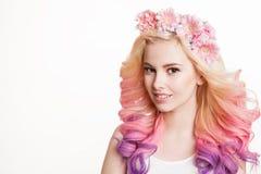 有色的头发微笑的青年妇女 在她的花 演播室,被隔绝的,白色背景 概念春天,夏天 查找 免版税库存照片