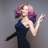 有色的头发的跳舞妇女 微笑 显示和平 Ombre 工作室 库存图片