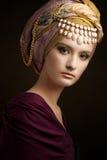 有色的头巾的美丽的夫人 免版税图库摄影