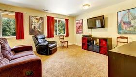 有艺术和红色窗帘的电视客厅 免版税图库摄影