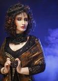 有艺术性的构成的美丽的夫人 卷发 豪华样式 库存图片