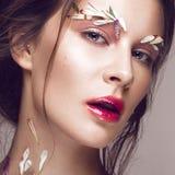 有艺术构成和花的美丽的女孩 秀丽表面 库存图片