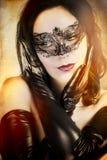 有艺术风格威尼斯式屏蔽的寡妇肉欲的妇女 免版税库存图片