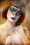 有艺术风格威尼斯式屏蔽的神奇妇女 免版税库存照片