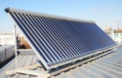 有节能和节能的屋顶 金属化有太阳电池板和太阳水加热器SWH系统的屋顶建筑 库存照片