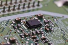 有芯片和收音机组分的电路板 免版税库存图片