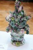 有花、公鸡和母鸡的瓷花瓶 免版税库存照片