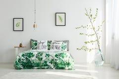 有花卉主题的明亮的卧室 免版税库存照片