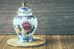有花卉主题的瓷花瓶 免版税库存照片