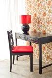 有花卉墙纸的豪华工作书桌 免版税库存照片