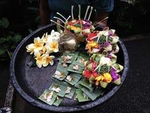 有花卉奉献物的板材,巴厘岛 免版税库存图片