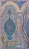 有花卉样式的无背长椅古老手工制造土耳其瓦片 免版税库存照片