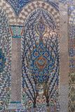 有花卉样式的无背长椅古老手工制造土耳其瓦片 免版税库存图片