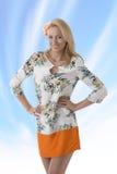 有花卉模式的白肤金发的衣物礼服她微笑 库存照片