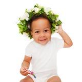 有花卉花圈的黑人混血儿婴孩 图库摄影