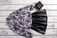 有花卉衬衣的黑裙子 库存照片