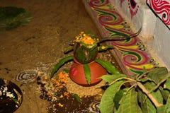 有花卉装饰的土制罐和芒果叶子 库存图片