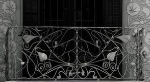 有花卉装饰的铁阳台 库存照片