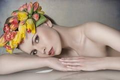 有花卉诗歌选的春天妇女 免版税库存照片