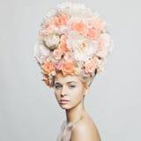 有花发型的美丽的妇女  免版税库存图片