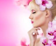 有花和完善的构成的美丽的女孩 免版税库存图片