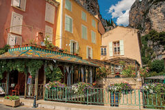 有花和峭壁的餐馆在Moustiers Sainte玛里 库存图片