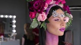 有花和明亮的构成的妇女 股票视频