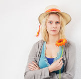 有花和星期日帽子等待的少妇 免版税库存图片