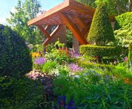 有花和树的一个展示庭院在切尔西花展在伦敦 免版税库存照片