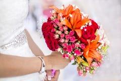 有花和玫瑰花束的新娘  免版税库存照片