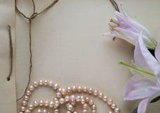 有花和珍珠的手工制造笔记本 图库摄影