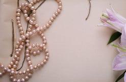 有花和珍珠的手工制造笔记本 免版税库存照片