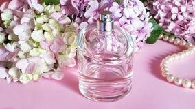 有花和珍珠项链的o香水瓶 库存图片