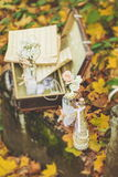 有花和笔记的装饰的瓶关于秋叶 免版税库存照片