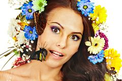 有花和蝴蝶的妇女。 库存图片