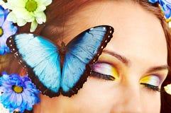 有花和蝴蝶的妇女。 免版税库存图片