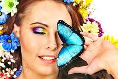 有花和蝴蝶的妇女。 图库摄影