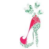 有花和蝴蝶的妇女的鞋子 免版税库存图片